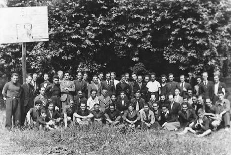 Les compagnons de la Communauté en juin 1942. Sur la photo, Marcel Barbu au centre, assis portant une cravate